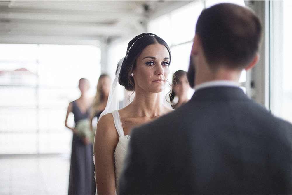 mariee qui pleure pendant la ceremonie de mariage