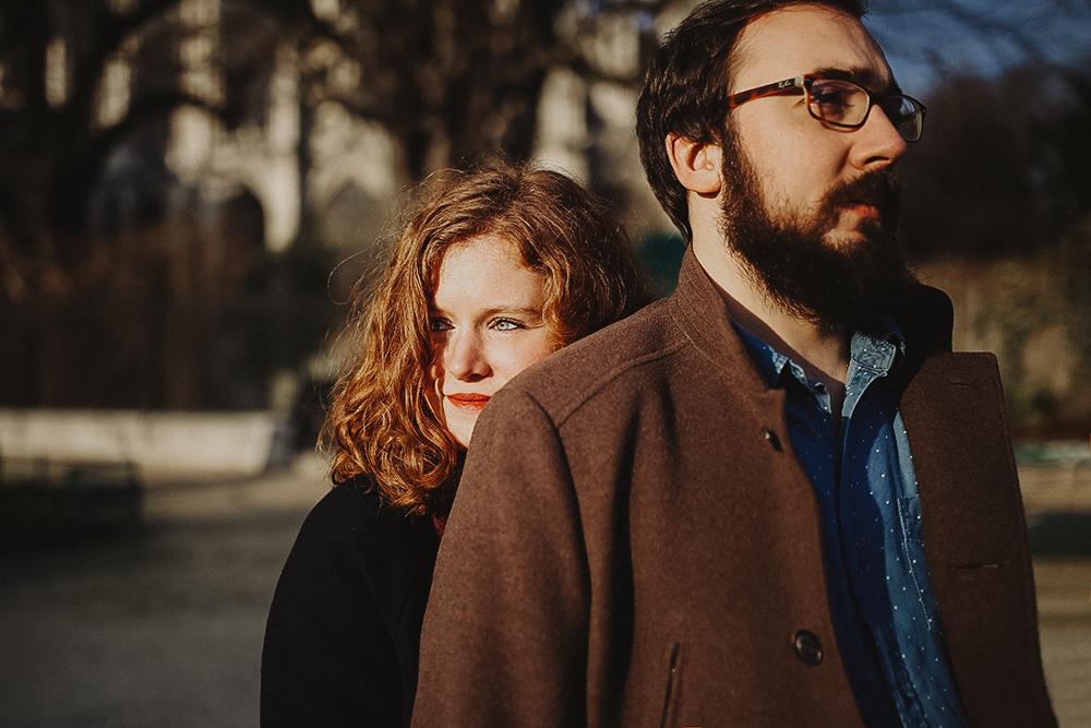 photos de couple à Paris sous le soleil sur l'Ile Saint Louis