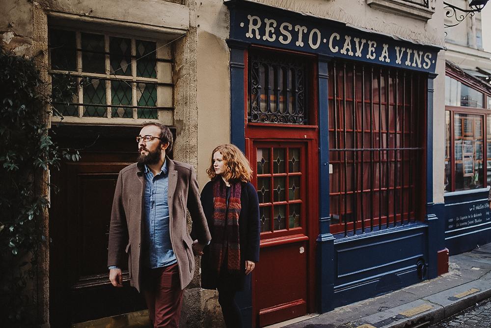 photos de couple intimes à Paris sous le soleil sur l'Ile Saint Louis